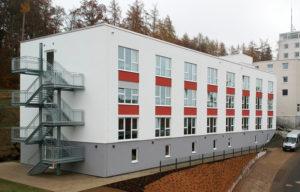 In den oberen beiden Stockwerken bietet das unterkellerte, dreigeschossige Gebäude Platz für insgesamt 28 Wohneinheiten. (Foto: FingerHaus)
