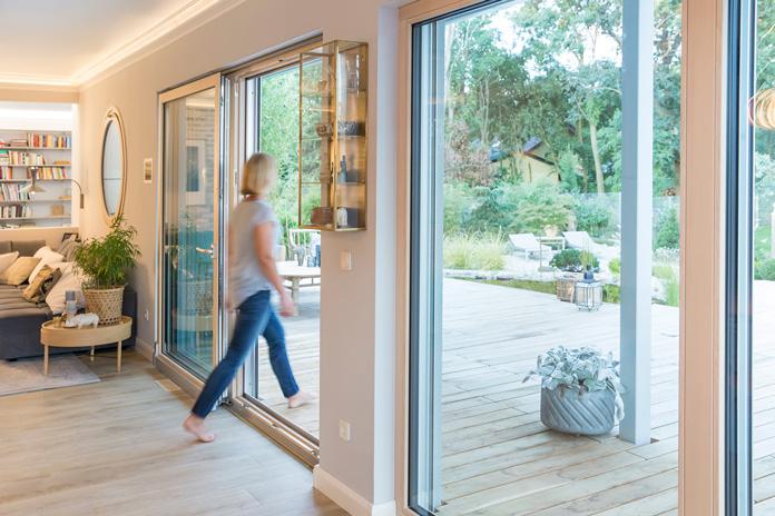 Richtig Lüften - Die meisten Fertighäuser werden heute mit großen Fenstern, aber auch mit einer automatischen Be- und Entlüftungsanlage ausgestattet. (Foto: FingerHaus)