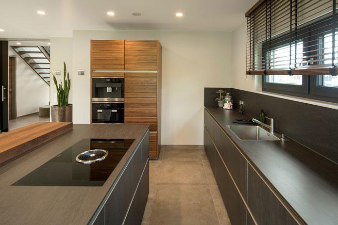 In das Kochfeld integrierte Dunstabzugshauben sind stylisch und effizient. (Foto: FingerHaus)