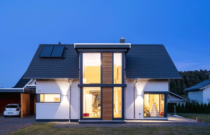 Aufgepasst bei der Fensterplanung – Große Fensterflächen sorgen für das Naturkino daheim. (Foto: FingerHaus)