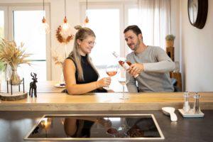 Prost! Svenja und Normen lieben den Platz am Küchentresen. Hier sitzen sie nicht nur zum Frühstücken. (Foto: FingerHaus)