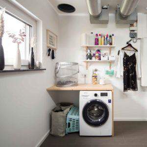 Praktisch gedacht: Im Hauswirtschaftsraum fällt die Wäsche vom Badezimmer im Dachgeschoss direkt in den Korb. Statt eines Trockners stehen hier oft ein oder zwei Wäscheständer. Platz ist genug da. (Foto: FingerHaus)