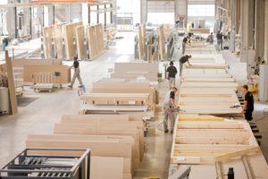 Die Vorfertigung findet witterungsunabhängig in einer Werkshalle statt. (Foto: FingerHaus)