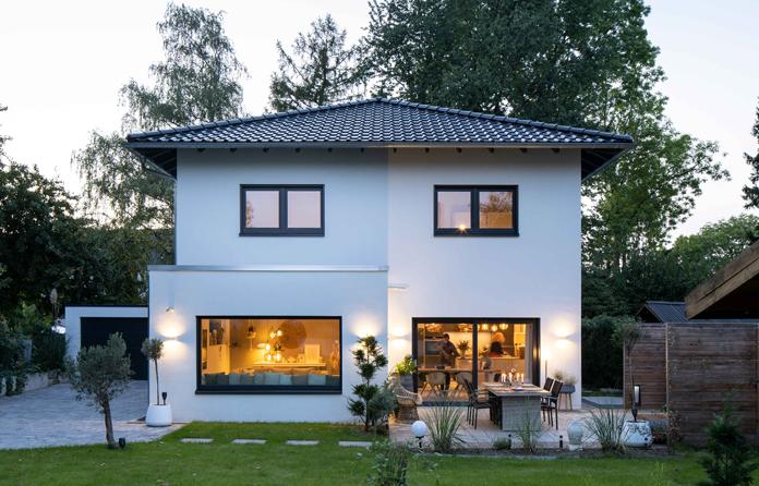 Panoramaverglasungen schaffen ein Tageslicht durchflutetes Zuhause. (Foto: FingerHaus)