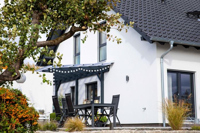 Ein Eigenheim zu planen heißt auch, das Grundstück individuell zu gestalten – mit Lieblingsplätzen wie Terrasse und Balkon für jeden Bewohner. (Foto: FingerHaus)