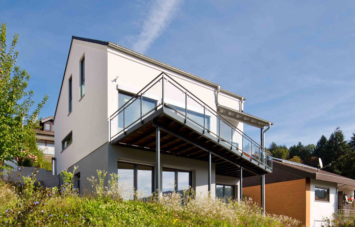 Fertigkeller: Schwieriger Baugrund muss kein Ausschlusskriterium für Bauherren sein, sondern kann beispielsweise bei einer Hanglage sogar langfristig Vorteile wie eine schöne unverbaubare Aussicht bieten. (Foto: FingerHaus)