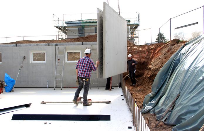 Keller oder Bodenplatte – Ein Keller vergrößert die Nutzfläche und die Wohnfläche des Hauses. Besonders auf einem Hanggrundstück ist er die bessere Wahl. (Foto: FingerHaus)
